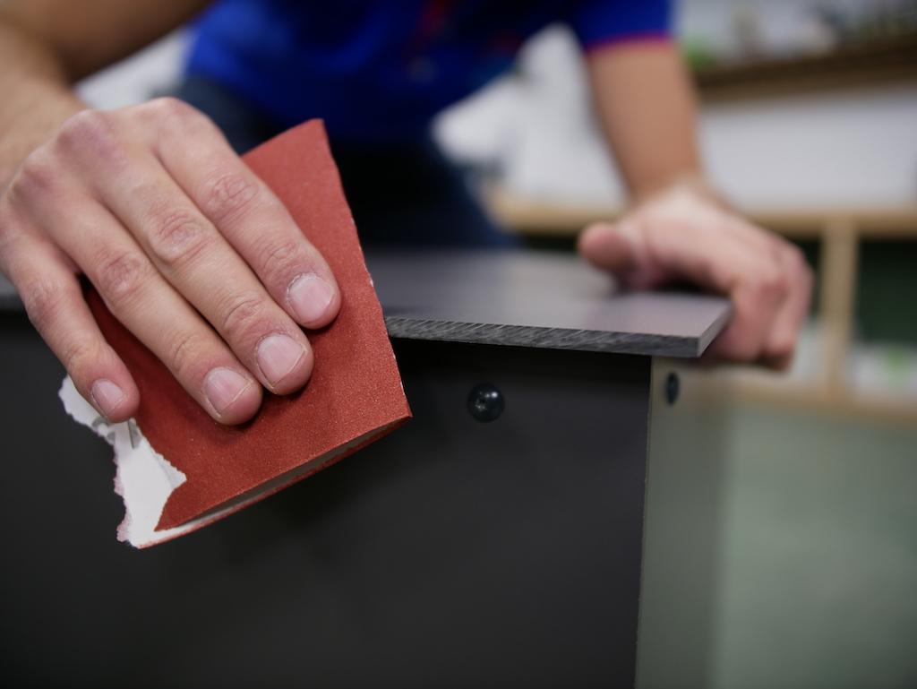 empfehlen wir Ihnen, die scharfen Kanten noch mit einem Schleifpapier