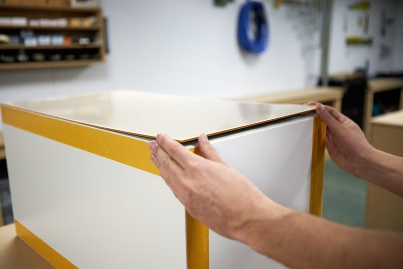 IKEA Hack Podest selber bauen Acrylglas anbringen