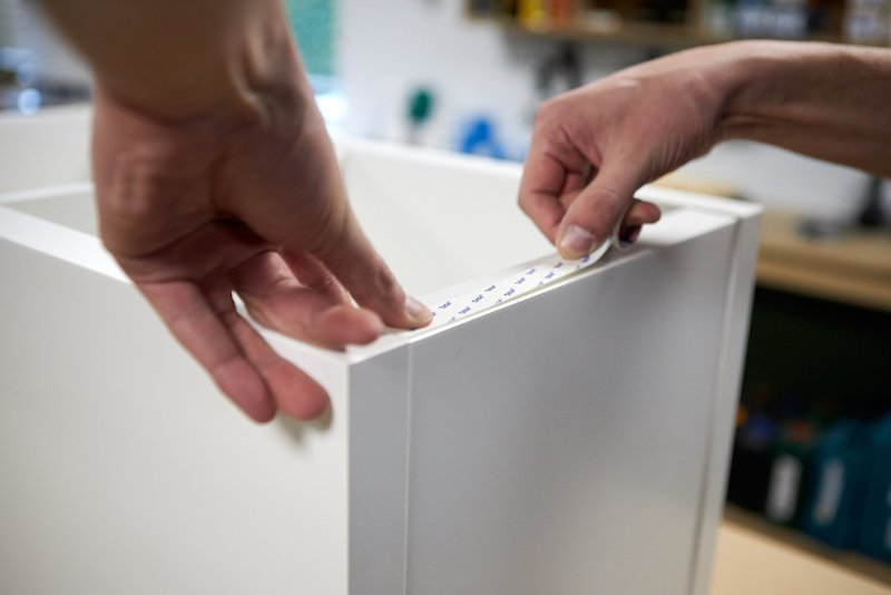 IKEA Hack Podest selber bauen Klebeband anbringen