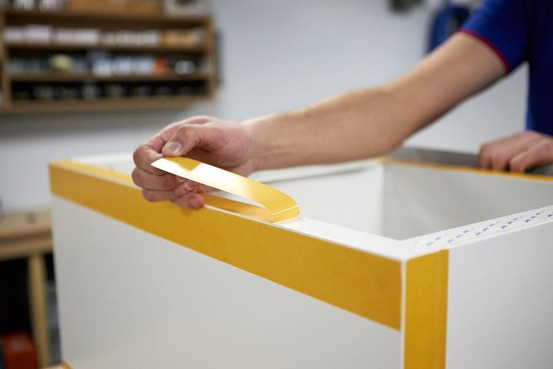 IKEA Hack Podest selber bauen mit doppelseitiges Klebeband