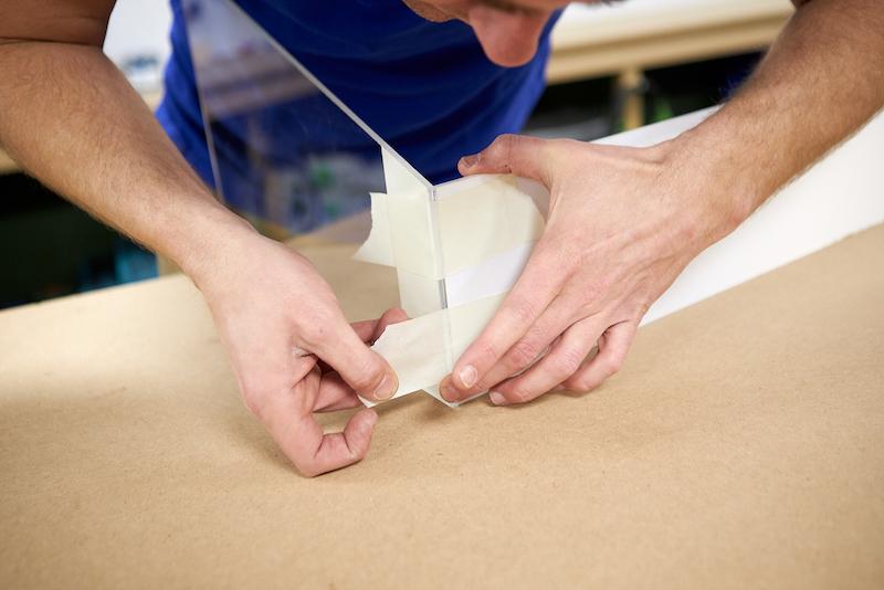 Mini Gewaechshaus DIY Platten fixieren mit Malerklebeband