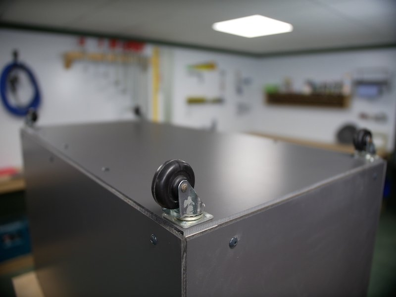 Lenkrollen unter Ihrer Paketbox zu montieren