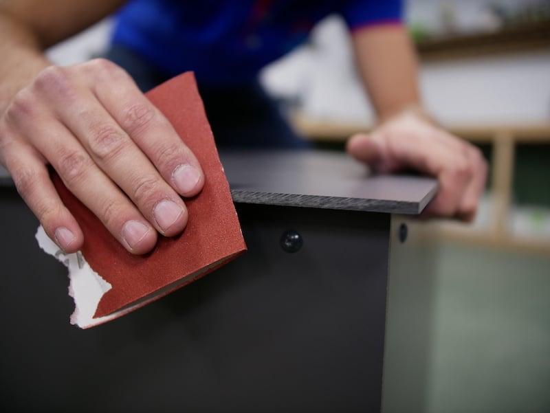 Paketbox scharfen Kanten noch mit einem Schleifpapier abzurunden