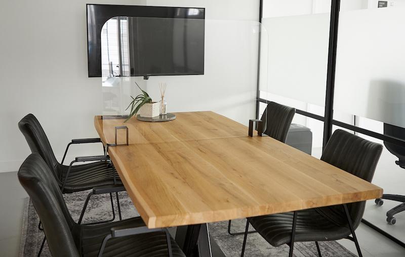 Trennwände über den Tisch