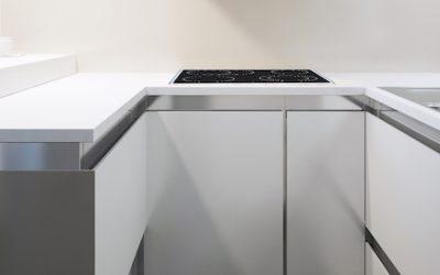Küchenfronten erneuern mit Acrylglas: 3 preisgünstige Ideen