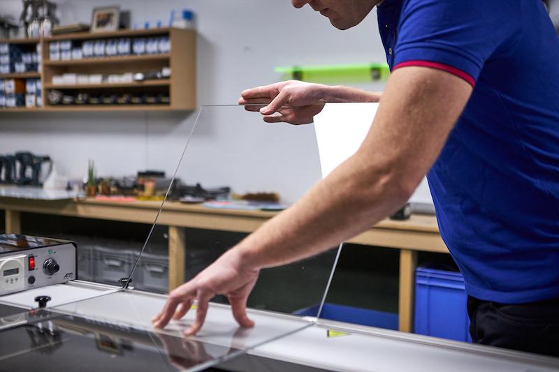 Acrylglas biegen mithilfe einer Biegevorrichtung