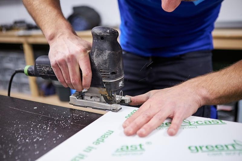 Sägen Sie die Ecken der Acrylglas Platte ein