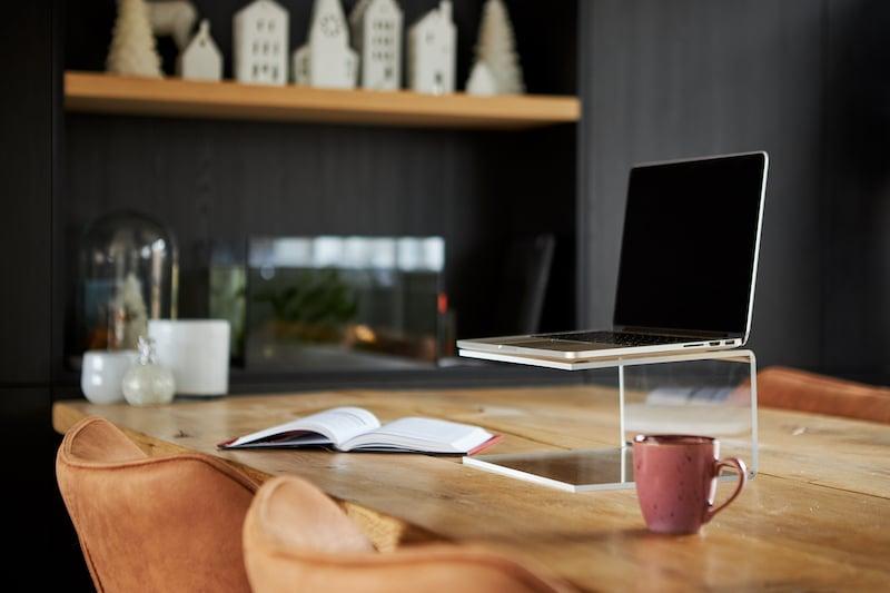 eine Laptop Halterung aus Acrylglas