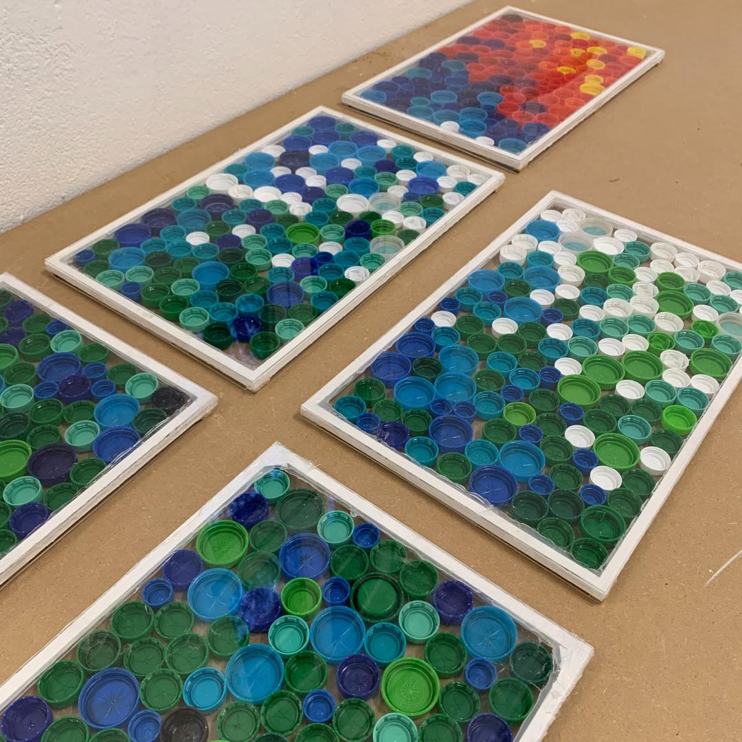 Fenster aus plastikdeckeln