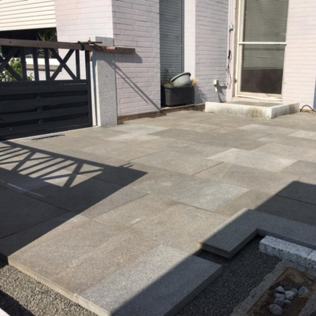 Terrassensanierung mit Granit und Wänden aus Kunststoffplatten