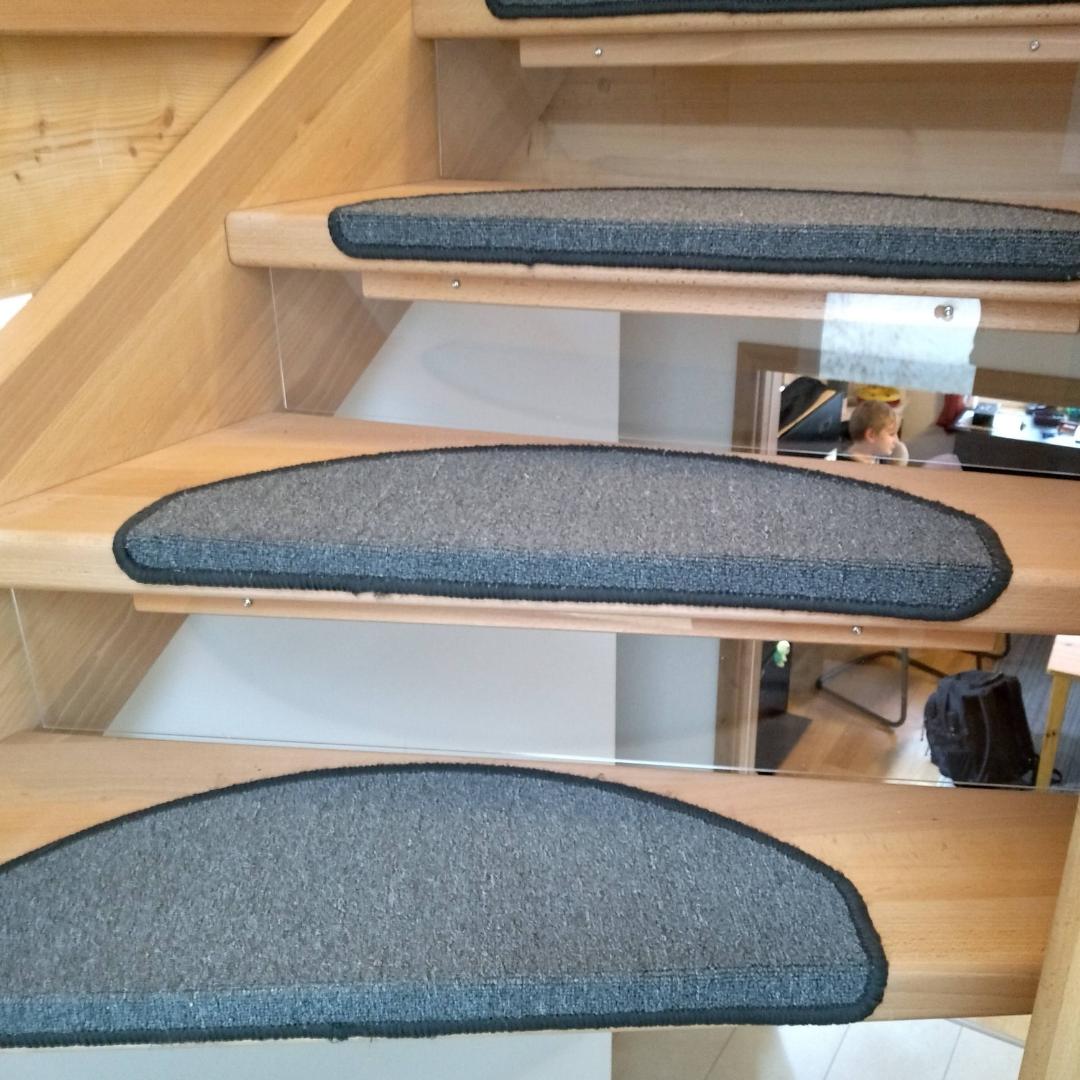 Sicherung der offenen Treppe mit Acrylglasplatten